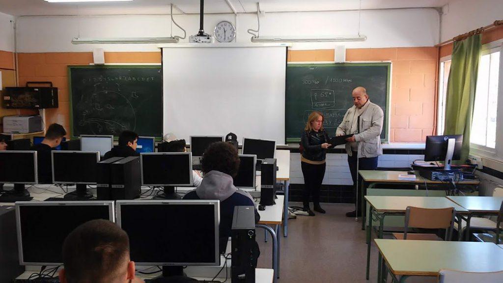 Fotografía de Isabel y Pablo probando los planos en el aula.