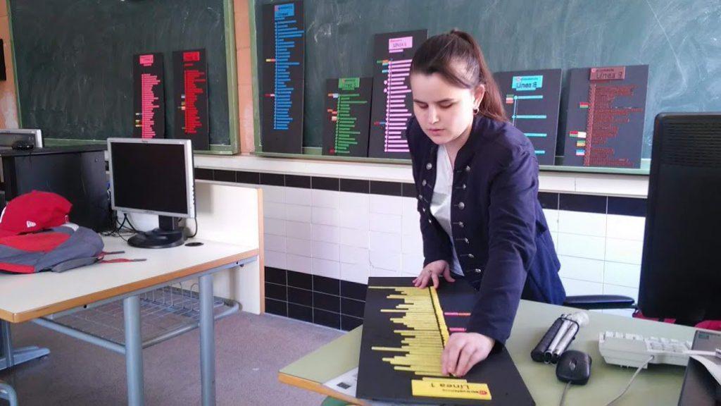 Fotografía de Bea leyendo un plano táctil