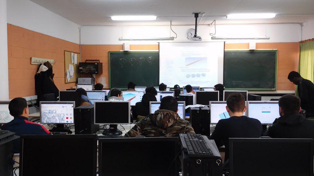 Fotografía de los alumnos trabajando en los ordenadores