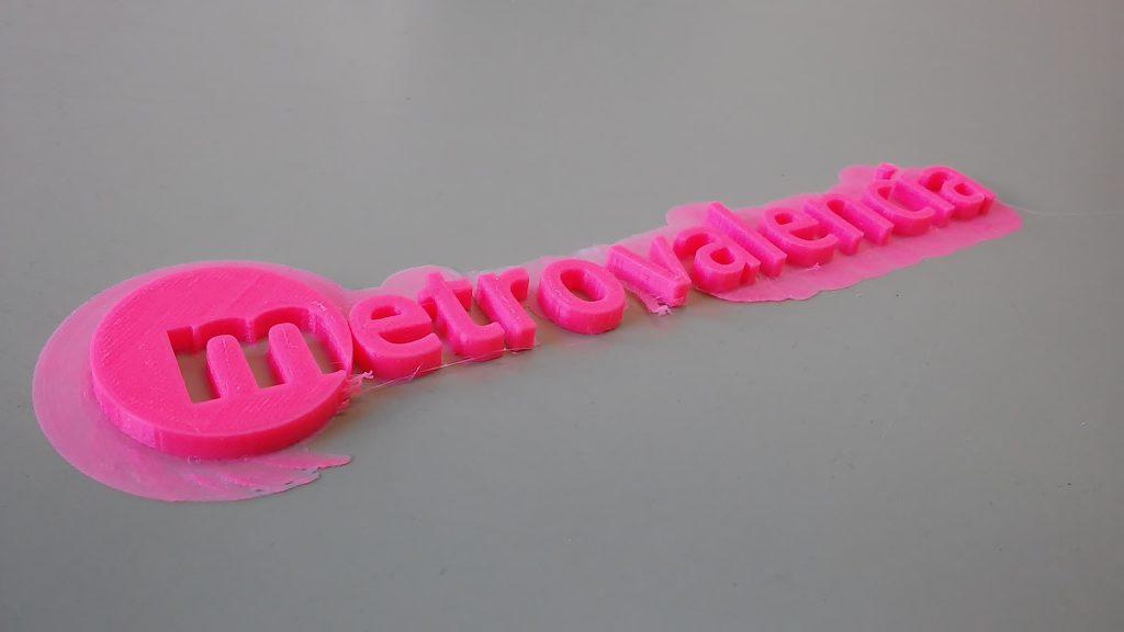 Fotografía con un ejemplo de impresión del logotipo de metro Valencia.